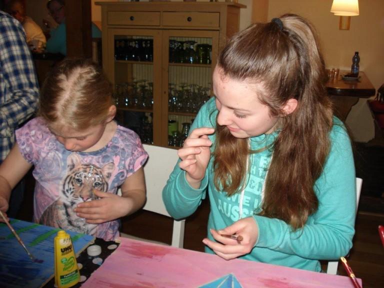 Kleine Künstler in der Holzwerkstatt