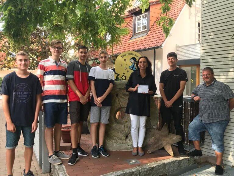 Kuchenverkauf der Montags-Firmgruppe aus Rheingönheim