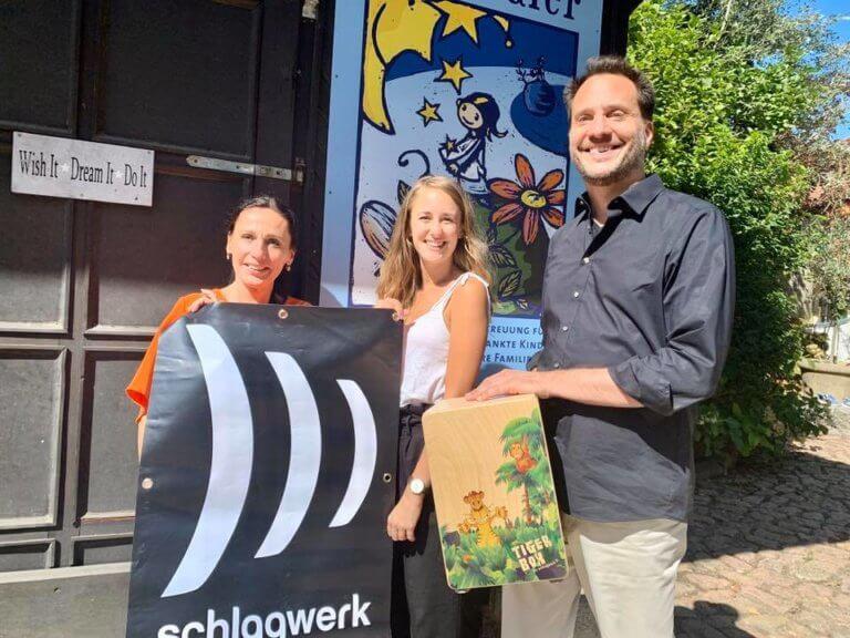 """Daniel Fleischmann übergibt """"Tiger-Box-Cajon"""" der Firma SCHLAGWERK"""