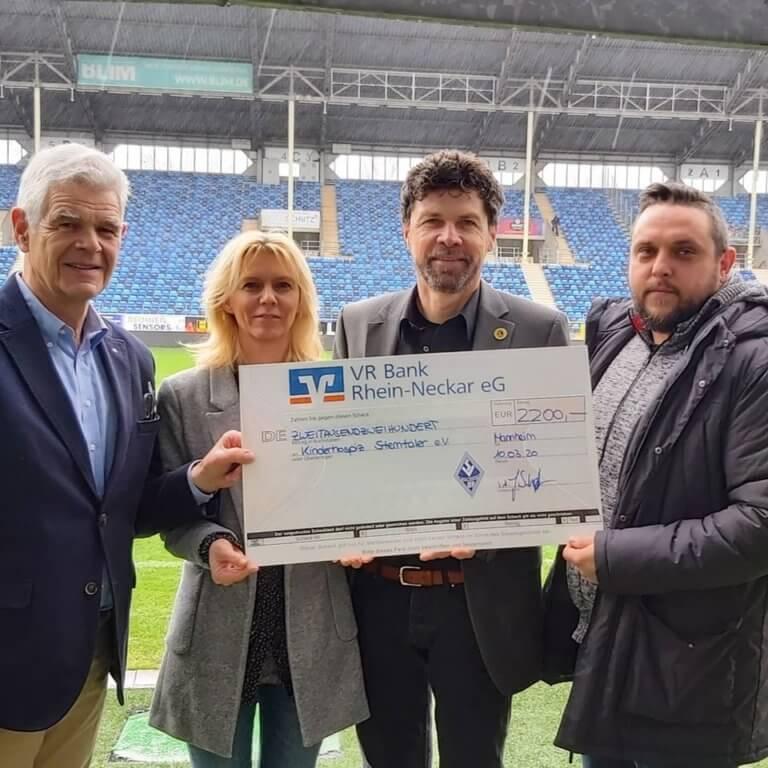 Spendenübergabe im Carl-Benz-Stadion an das Kinderhospiz Sterntaler