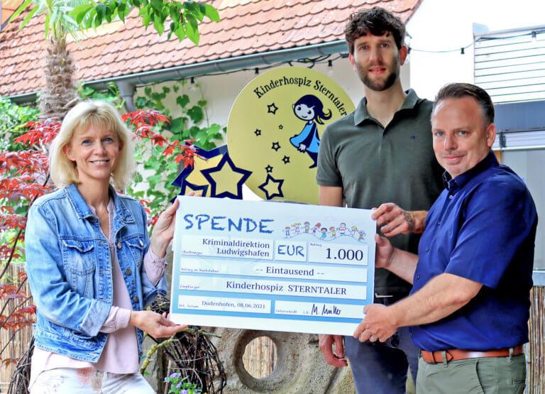 Die Beförderten der Kriminaldirektion spendeten 1.000 Euro an das Kinderhospiz Sterntaler