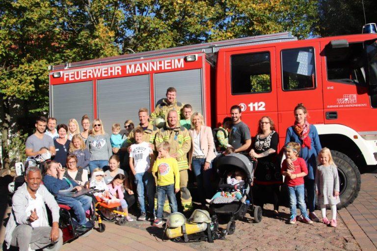 Familien-Nachmittag in Farben des Herbstes und der Feuerwehr